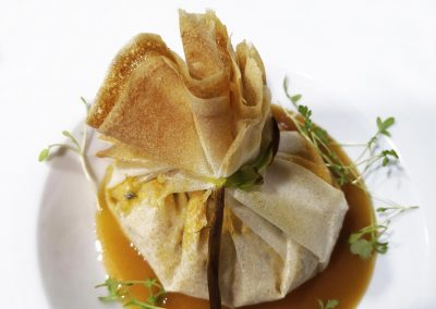 Saquito de Pasta Brick Relleno de Marisco y salsa Crevissé