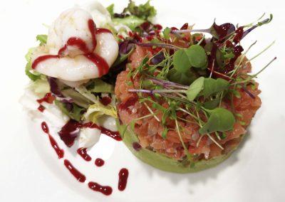 tartar salmon tomate langostinos y vinagreta de frutos rojos